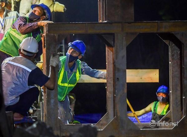 Công nhân xuyên đêm thi công kè Hồ Hoàn Kiếm