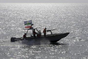 """Ông Trump """"bật đèn xanh"""" để hải quân Mỹ tấn công, đánh chìm tàu quân sự Iran"""