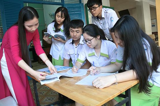 Nữ sinh băn khoăn lựa chọn ngành học 'việc nhẹ, lương cao'