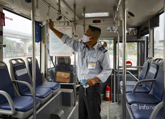 Hà Nội: Hành khách tuân thủ giãn cách khi đi xe buýt