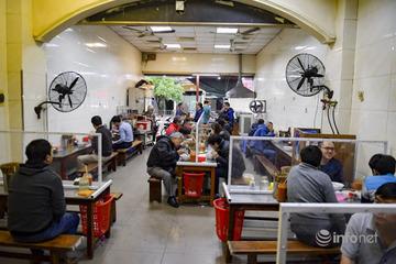 Hà Nội: Hàng quán lắp vách chắn giọt bắn cho khách hàng để phòng dịch