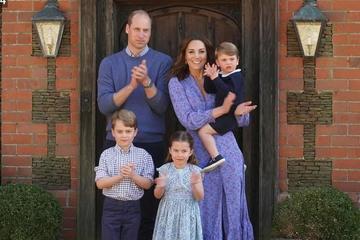 Gia đình Hoàng tử Anh cùng mặc tông xanh, vỗ tay cảm ơn bác sĩ chống dịch