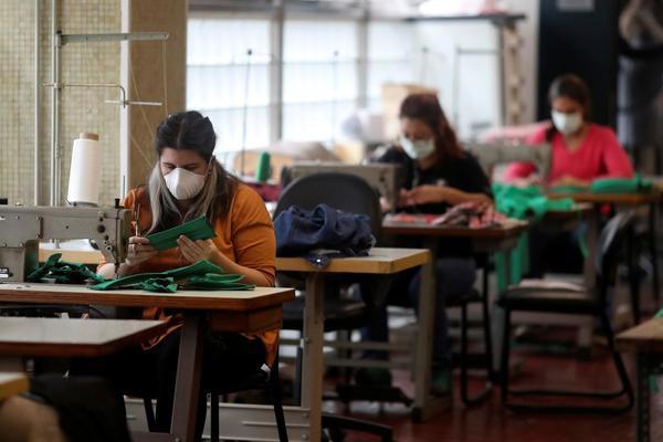 Thợ may tại nhà hát opera nổi tiếng thế giới 'chuyển nghề' sang sản xuất khẩu trang