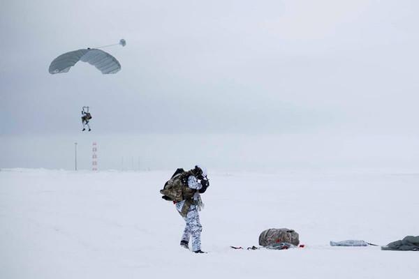 Sốc với màn nhảy dù chưa từng có của lính Nga ở Bắc Cực