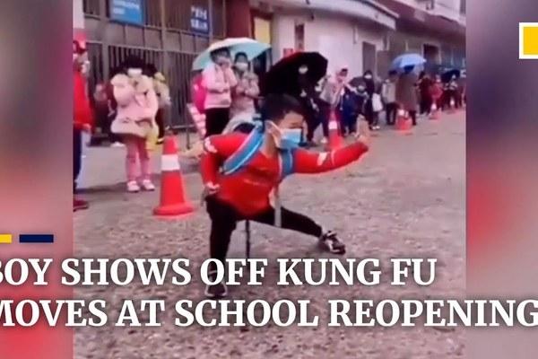 Cậu bé Trung Quốc 'gây bão' mạng với màn biểu diễn kungfu ngày trở lại trường