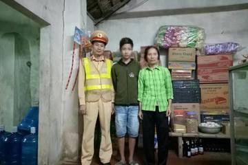 CSGT Hà Nội khuyên bảo 1 cháu bé 'bỏ nhà' về với gia đình