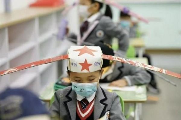 """""""Chiếc mũ 1 m"""" giúp giãn cách xã hội trong lớp học Trung Quốc"""