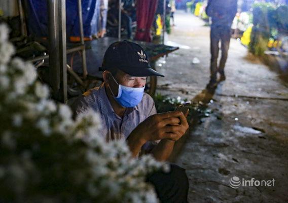Chợ hoa lớn nhất Thủ đô vẫn đìu hiu sau giãn cách, hoa nở rực rỡ không người mua