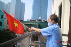 """Người vận động treo cờ """"vui mừng lắm vì dịp 30/4 năm nay Việt Nam đã chặn được dịch bệnh"""""""
