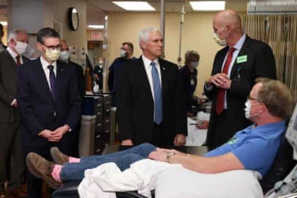 phó tổng thống mỹ,mike pence,covid 19 mỹ,xét nghiệm covid 19,đeo khẩu trang,bắt tay
