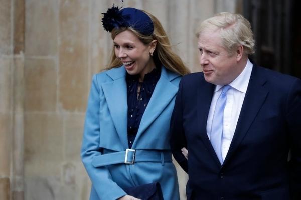 Thủ tướng Anh và bạn gái chào đón con trai đầu lòng