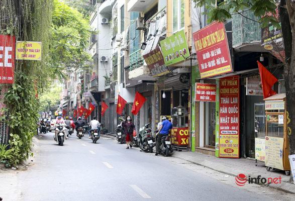 Người vận động treo cờ 'vui mừng lắm vì dịp 30/4 năm nay Việt Nam đã chặn được dịch bệnh'