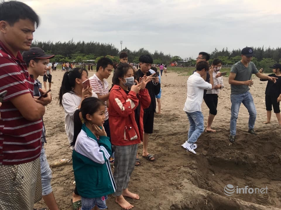 """Chiêm ngưỡng tác phẩm điêu khắc từ cát """"Giáo hoàng cầu nguyện"""" ở bãi biển Nam Định"""