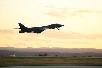 Mỹ điều 4 oanh tạc cơ B-1B 'dằn mặt' Trung Quốc sau loạt tàu chiến tới Biển Đông