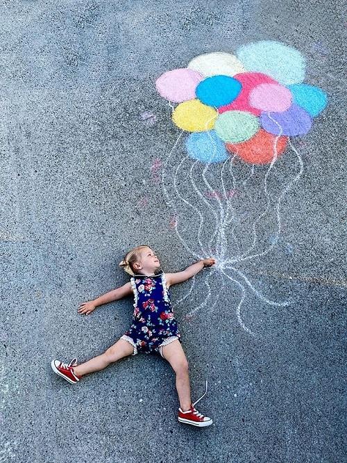 Bà mẹ 4 con sáng tạo bộ ảnh 'chất lừ' chỉ với vài viên phấn màu