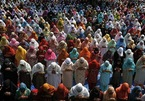 Hàng ngàn người không đeo khẩu trang, chen chúc dự thánh lễ Ramadan