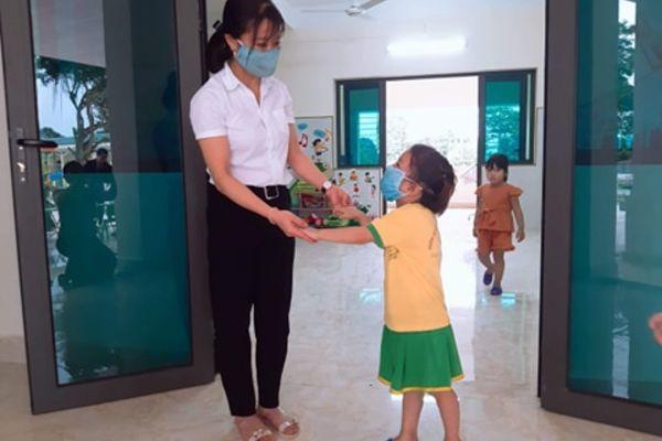 Cô hiệu phó rưng rưng đứng đón học sinh mầm non trở lại trường