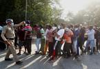 Người dân Ấn Độ chen lấn, xếp hàng dài mua rượu bất chấp lệnh giãn cách xã hội