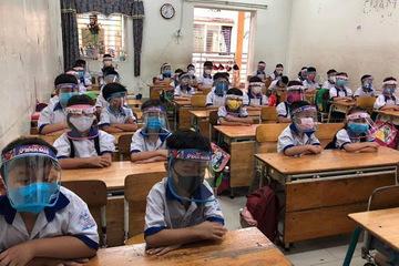 Trẻ đeo kính chống giọt bắn trong lớp: Bác sĩ chuyên khoa Mắt cảnh báo