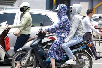 Nắng nóng đầu hè, người Hà Nội ra đường kín như ninja