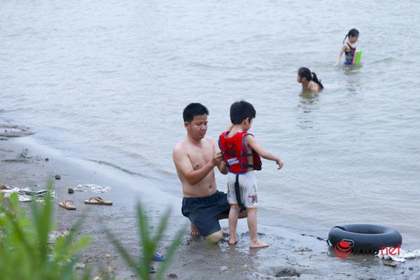 Hà Nội: Quây rào, cắm biển cảnh cáo nguy hiểm, hồ Tây, sông Hồng vẫn 'hút' người dân ra bơi lội