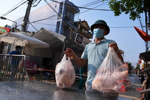 Trước giờ gỡ lệnh cách ly thôn Hạ Lôi: Nghìn người tất bật cắt hoa mai xuống chợ sớm