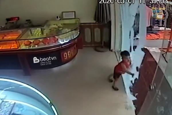 Cửa kính cường lực bất ngờ vỡ tan, đổ sập lên người cháu bé khiến nhiều người sợ hãi
