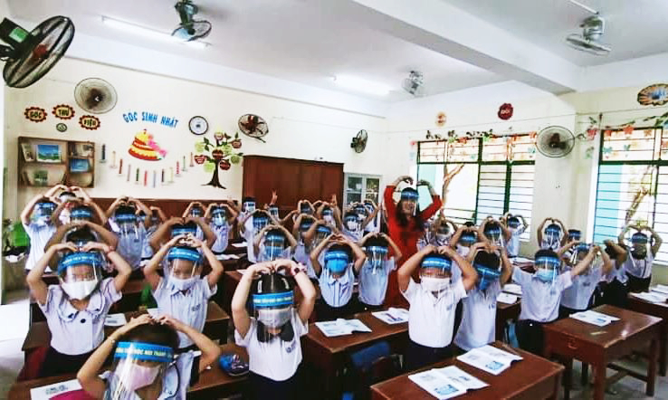 """Học sinh đeo mặt nạ chống giọt bắn trong lớp học: """"Sáng tạo"""" hay… """"Tối tạo""""?"""