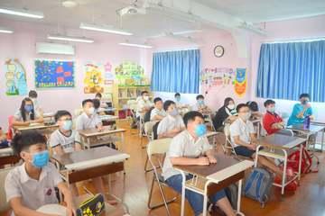 Thở phào vì học sinh có thể bỏ khẩu trang trong lớp và được bật điều hòa