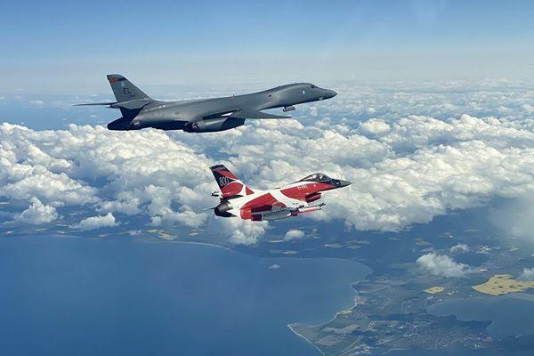Hai oanh tạc cơ B-1B của Mỹ áp sát biên giới Nga