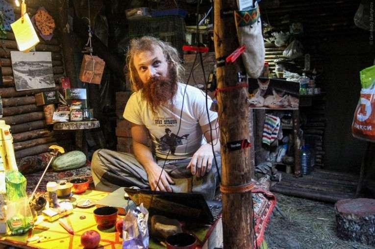 Kỳ lạ người đàn ông đào hầm sống ẩn dật trong rừng suốt 8 năm