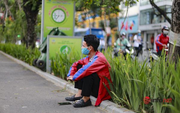 Người dân Hà Nội thích thú ngắm cây xanh, hóng mát trên đoạn phố đi bộ Thái Hà