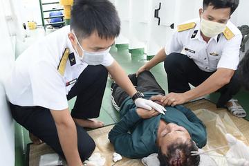 Tàu 264 của Vùng 2 Hải quân cấp cứu ngư dân bị tai nạn lao động