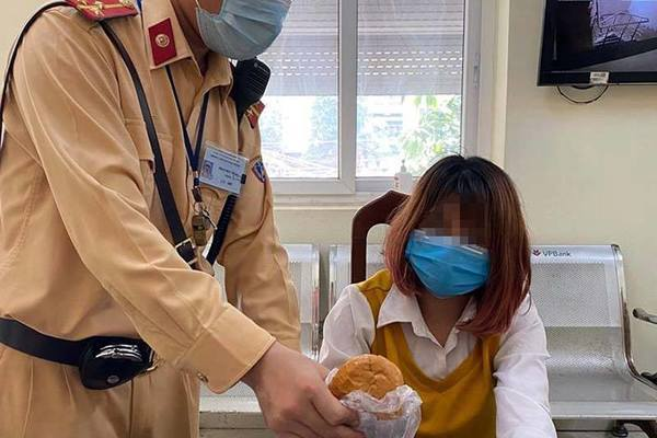 Hà Nội: CSGT cứu cô gái định nhảy cầu Chương Dương tự tử