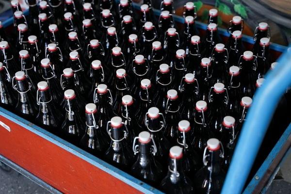 Nhà máy bia phát miễn phí cho người dân giữa lúc phong tỏa vì Covid-19
