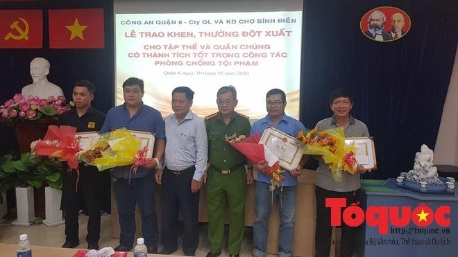 Khen thưởng 3 người dân bắt 2 kẻ cướp túi chứa hơn 120 triệu của tiểu thương chợ Bình Điền