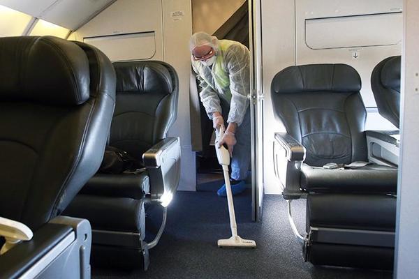 """Tiếp viên hàng không tiết lộ """"sốc"""" về nơi bẩn nhất trên máy bay"""