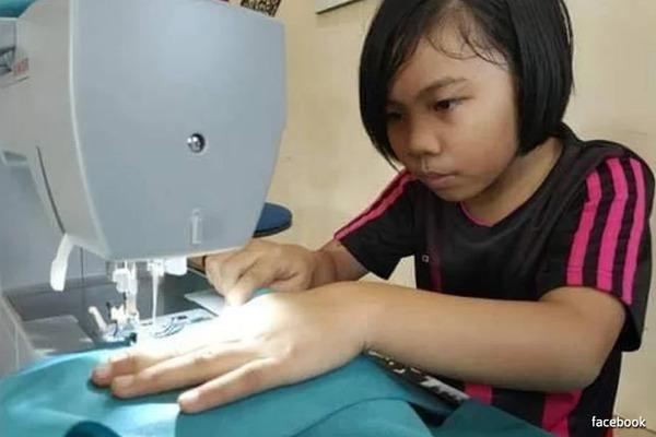 Ấm lòng trước cô bé 9 tuổi bỏ cả giờ vui chơi, tình nguyện may bảo hộ y tế