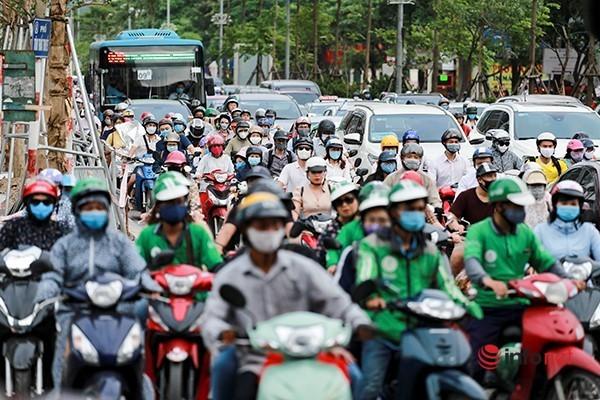 Giao thông tắc nghẽn trong ngày đầu tiên học sinh Hà Nội đi học trở lại