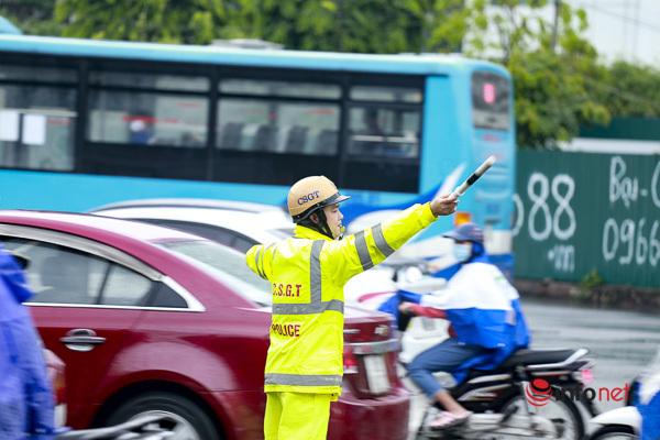 Hà Nội: Mưa lớn, đường tắc nghiêm trọng, dân trèo vỉa hè hối hả đến công sở