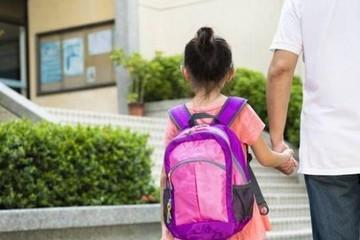 """Hà Nội: Đang học vẫn phải đóng 5-8 triệu """"phí giữ chỗ"""" năm sau, có bất thường?"""