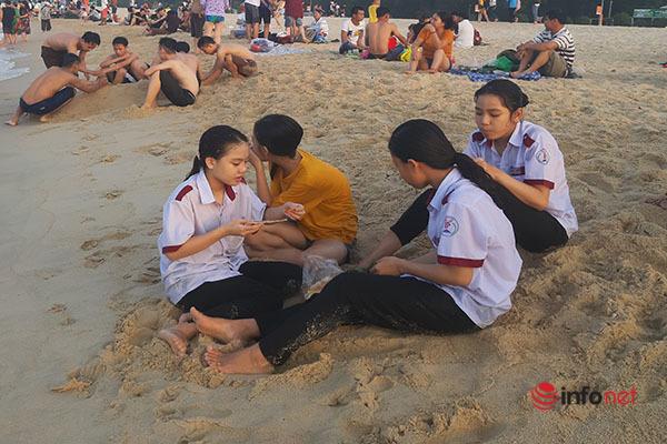 Huế: Biển Thuận An sôi động trở lại, đón hàng nghìn khách mỗi ngày