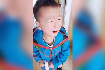 Cậu bé khóc nấc vì quên lớp, quên cả cô giáo sau cách ly