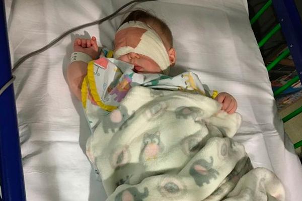 Bà mẹ Anh phát hiện sự thật 'sốc' qua bức ảnh chụp cô con gái 5 tháng tuổi