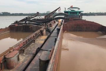 Cục CSGT vây bắt 8 phương tiện khai thác cát trái phép trên sông Hồng