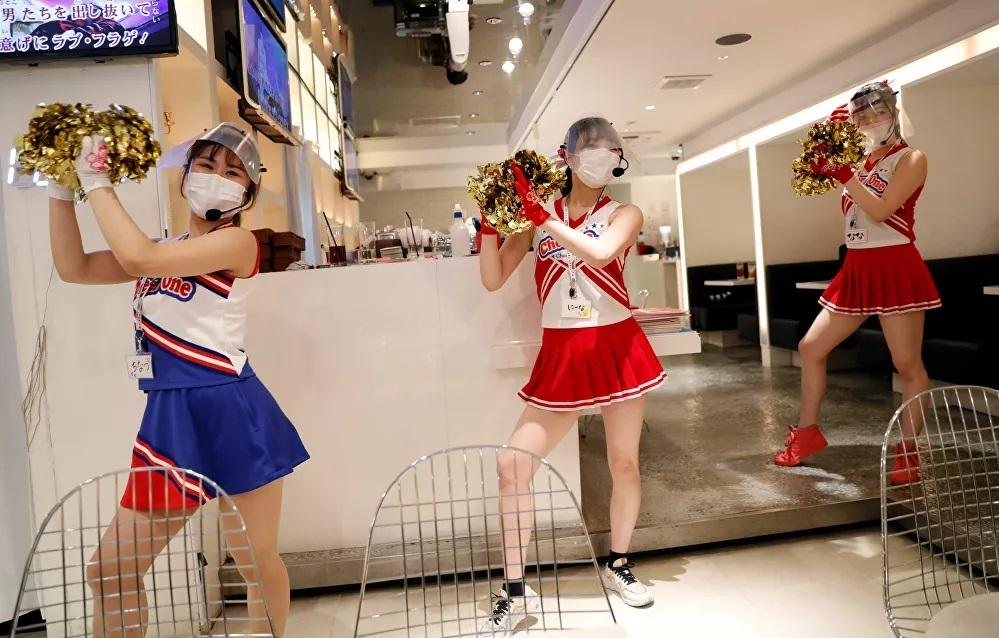 Nhà hàng ở Tokyo cho nhân viên phục vụ làm hoạt náo viên để thu hút khách hàng