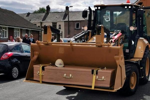 Di nguyện của người thợ xây muốn đưa quan tài đến nghĩa trang bằng máy xúc