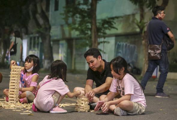 Hà Nội: Người dân nườm nượp kéo về phố đi bộ hồ Gươm ngày đầu mở lại