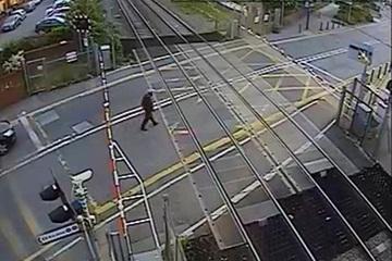 Người đàn ông 'thoát chết trong gang tấc' khi đi bộ qua đường tàu
