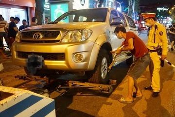 Hà Nội: Vui bạn bè uống 20 cốc bia rồi lái xe, gặp ngay CSGT